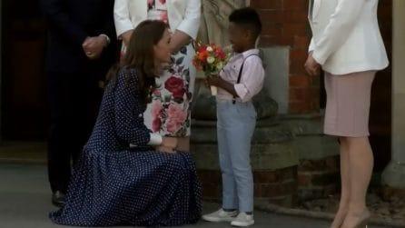 Un bimbo regala fiori a Kate Middleton: il tenerissimo fuoriprogramma