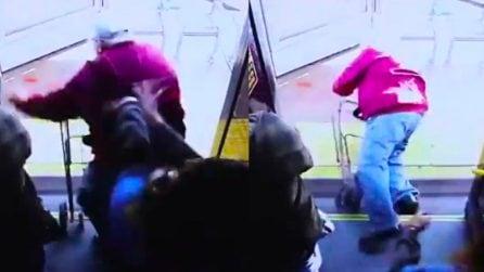 Donna spinge un anziano dall'autobus e lo uccide: le immagini choc