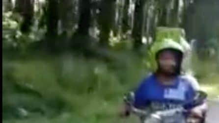 La motocicletta più strana del mondo: cammina in strada con la retromarcia