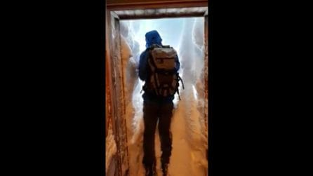 Un muro di neve davanti alla porta: per uscire si deve scavare un tunnel