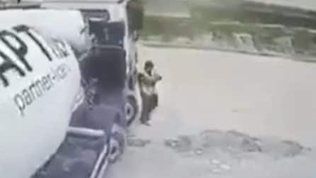 L'autista del tir non si accorge dell'operaio davanti e lo investe: l'uomo riesce a salvarsi