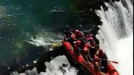 """All'improvviso la cascata: col gommone """"cadono"""" giù"""