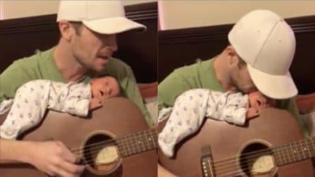 Una ninna nanna davvero particolare: fa stendere il neonato sulla chitarra