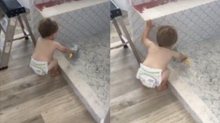 Trova suo figlio chinato nella doccia poi scopre cosa fa: la mamma riprende immediatamente