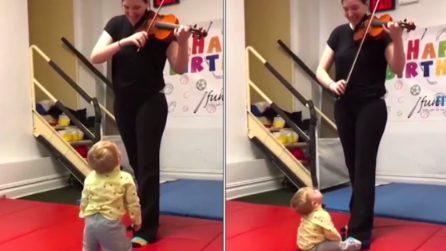 Il bimbo sente il suono del violino: la sua reazione è tenerissima