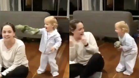 Si avvicina alla mamma e la spaventa: la scena è esilarante