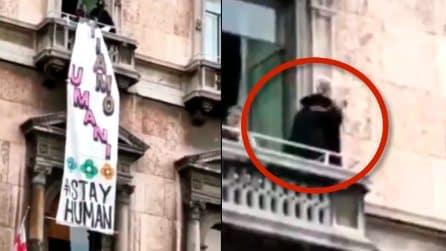 Milano, il momento in cui viene rimosso lo striscione: Zorro fa il gesto delle manette