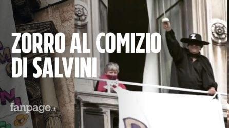 """Uomo vestito da Zorro al comizio di Matteo Salvini: """"Restiamo umani. Prima i più deboli"""""""