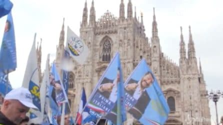 Milano, in piazza Duomo bandiere e striscioni pro Salvini
