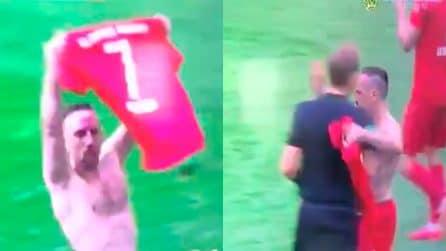 L'omaggio a Ribery nel giorno dell'addio: ovazione del pubblico e abbraccio all'arbitro
