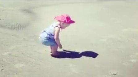 La bimba ha trovato una nuova amica: la reazione tenerissima davanti alla sua ombra