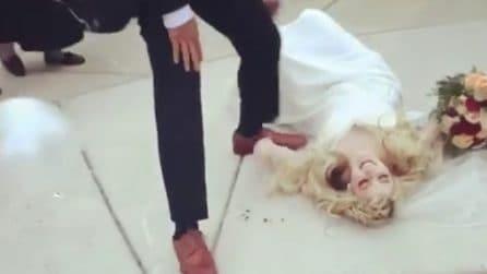 La sposa è a terra poco dopo aver detto sì: l'episodio accade all'esterno della chiesa