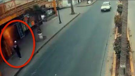 Violenta esplosione in hotel, l'uomo passa proprio in quel tragico momento