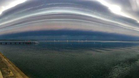 L'enorme nuvola investe la città: i cittadini riprendono lo scenario spaventoso