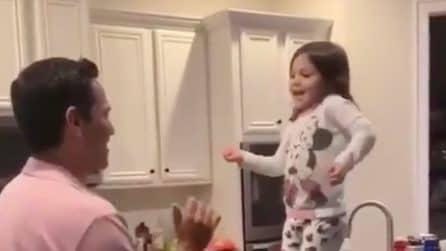 Parte la musica e si scatena con il suo papà: la scena dolcissima