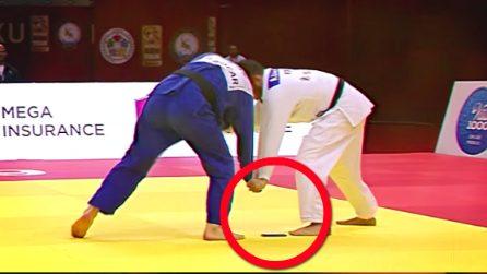 Il judoka perde il cellulare mentre sta combattendo e viene squalificato