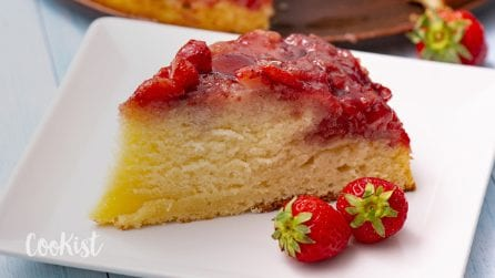 Upside down strawberry cake: easy and delicious!