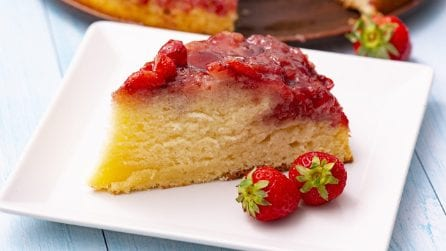 Torta rovesciata alle fragole: soffice, profumata e morbida!