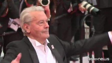 Cannes, Alain Delon colto dall'emozione sul red carpet