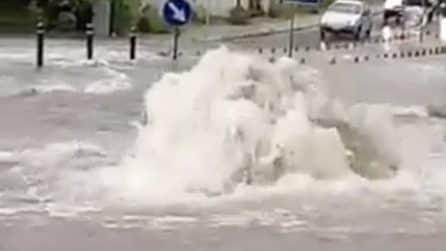 Tivoli, strade allagate dopo la pioggia: i tombini sputano fuori l'acqua