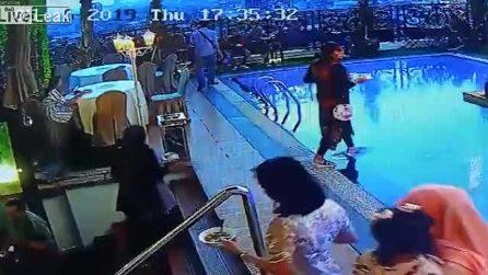 Sale le scale distratta e non si accorge della piscina davanti a lei: l'epilogo è inevitabile
