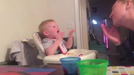 Il bimbo dà i bacetti alla mamma ma il finale è inaspettato
