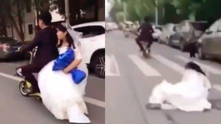 La sposa cade in strada, il comportamento dello sposo lascia senza parole