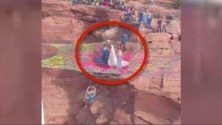 Il luogo più strano al mondo dove sposarsi: le immagini lasciano senza fiato