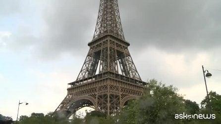 Francia, un uomo si arrampica sulla Tour Eiffel