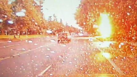 Il fulmine cade proprio mentre passa con l'auto: le immagini drammatiche