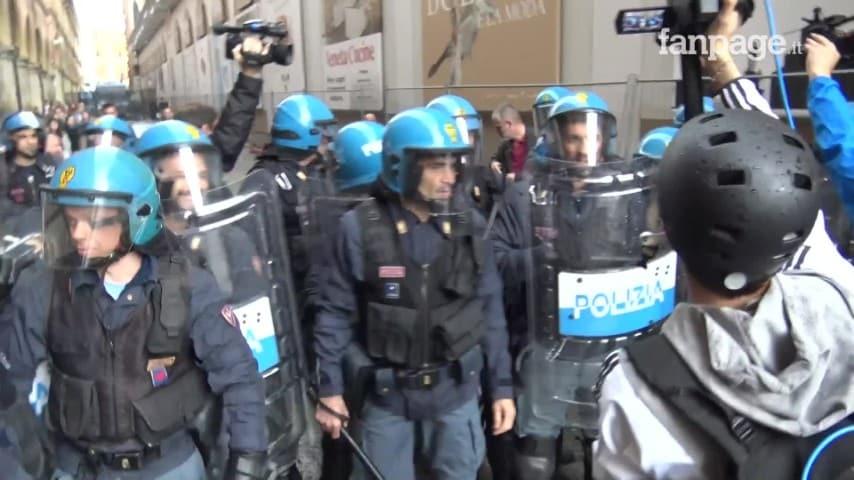 bologna, donna spinge un poliziotto durante il corteo antifascista e viene trascinata a terra. -video-
