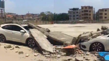 Auto parcheggiate completamente distrutte: le telecamere mostrano la scena spaventosa