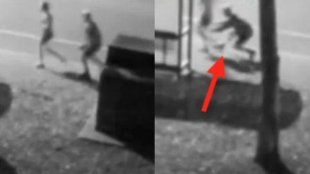 Insegue una donna e tenta di aggredirla: le telecamere riprendono il momento terrificante