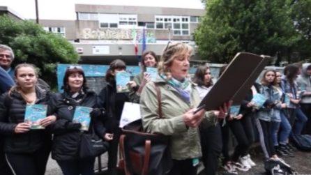 Roma, flash mob di insegnanti e studenti per la prof. sospesa a Palermo