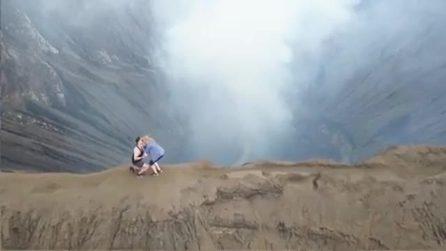 Salgono sul vulcano attivo, poi lui la sorprende in modo unico: la proposta emozionante
