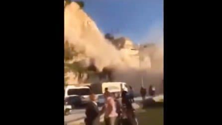 La montagna crolla all'improvviso : la gente scappa terrorizzata per sfuggire alla frana