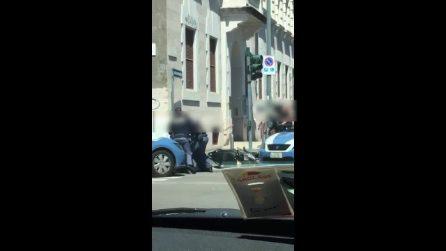 Milano, ragazzo su scooter rubato viene fermato, buttato a terra e colpito dalla polizia: il video