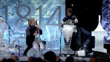 Suonano degli strumenti di ghiaccio: l'esibizione è spettacolare