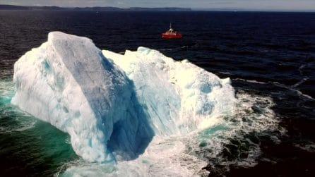 Enorme blocco bianco nel mare: le spettacolari immagini dell'iceberg dal drone