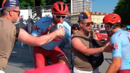 Giro d'Italia, tifoso fa un brutto gesto: Haller scende dalla bici e lo aggredisce