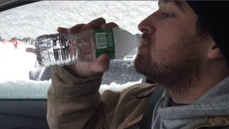 Beve acqua da una bottiglietta ma in pochi secondi il liquido si trasforma