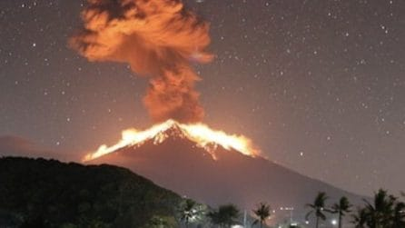 La spettacolare eruzione del vulcano indonesiano: le immagini magnifiche