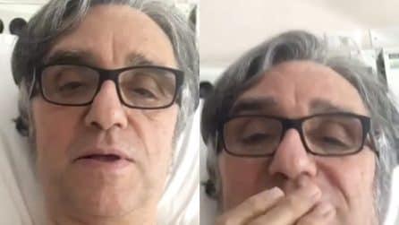 Gaetano Curreri cade dal palco durante il concerto: il cantante tranquillizza i fan