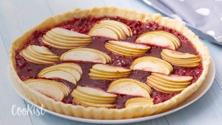 Apple pie with raspberry coulis: not your typical apple pie!