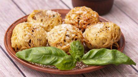 Polpette in gabbia di spaghetti: croccanti all'esterno, ma con un cuore di formaggio filante!