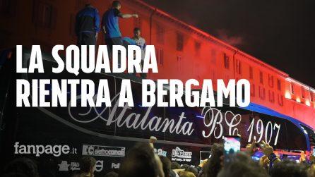 Atalanta in Champions, i giocatori festeggiano sul tetto del pullman e sfilano nel centro di Bergamo