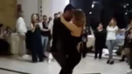 """""""Sei bella e sexy anche con la pancia"""", Sossio Aruta balla con la sua Ursula"""