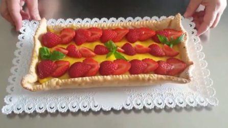 Crostata di frolla alle mandorle, crema e fragole: un dessert da leccarsi i baffi