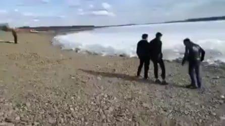 Si avvicina qualcosa di strano sotto i loro piedi: fenomeno anomalo sulla riva del fiume