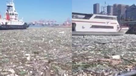 Lo spaventoso scenario del porto di Durban: completamente pieno di plastica